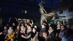 """Rzeźba """"Tancerka"""" stanie przed gmachem Teatru Wielkiego-Opery Narodowej"""