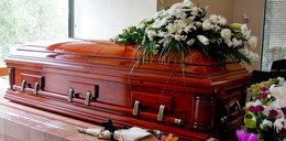 Żałobnicy tłumnie stawili się na pogrzebie zasłużonego kolejarza. Na mszy usłyszeli od księdza szokującą wiadomość