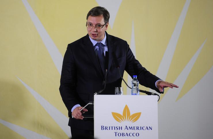 Premijer Srbije Aleksandar Vucic rukuje se sa regionalnim direktorom za Zapadnu Evropu Naresom Setijem tokom posete pogonu najveceg britanskog investitora u Srbiji