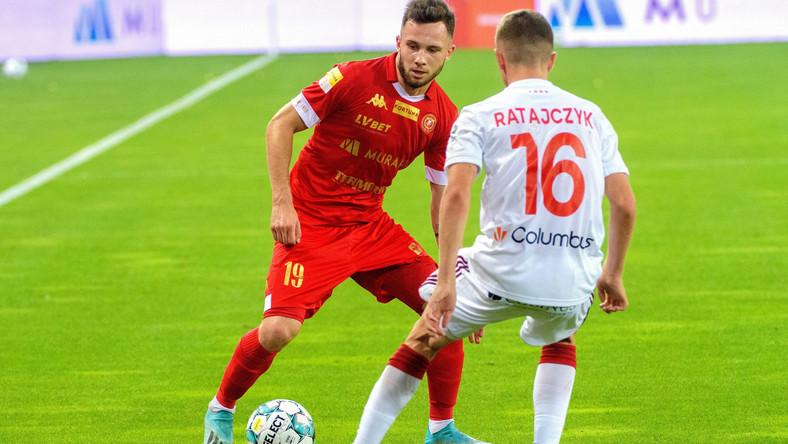 Piłkarz Widzewa Łódź Patryk Mucha (L) i Adam Ratajczyk (P) z ŁKS Łódź podczas meczu Fortuna 1. liga