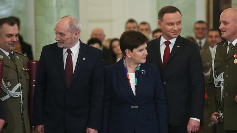 Andrzej Duda i Beata Szydło - im ufamy najbardziej. Najwięcej nieufności budzi szef MON - wskazuje sondaż CBOS