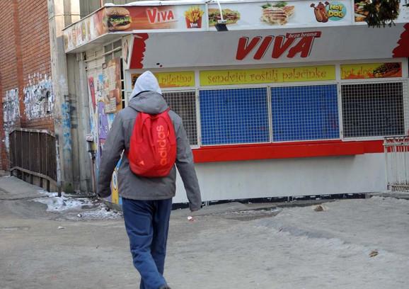 Napadač upao u prodavnicu brze hrane i palicom pretukao vlasnika