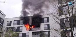Ogień w bloku na Gocławiu. Lokator mieszkania trafił do szpitala