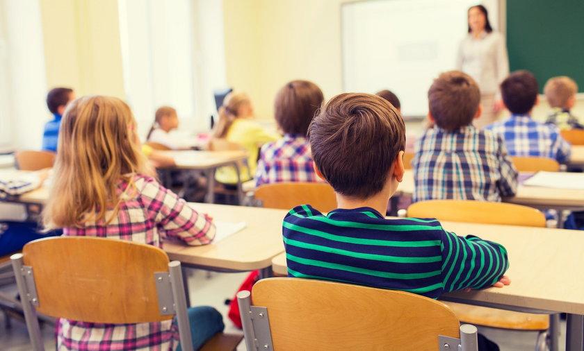 Niemcy: uczniowie, którzy później zaczynają lekcje, śpią dłużej