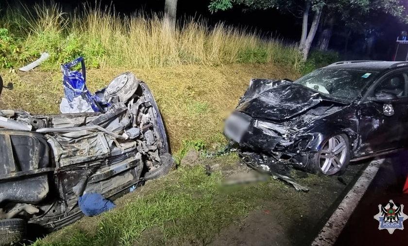 Dwóch dwudziestolatków zginęło w zderzeniu z innym samochodem osobowym.