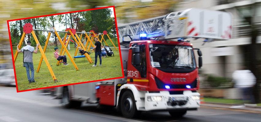Noga trzylatka utknęła w ogrodzeniu na placu zabaw. Gdy strażacy go uwolnili, ojciec zemdlał