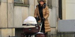 Anna Mucha z córeczką na spacerze. Foto