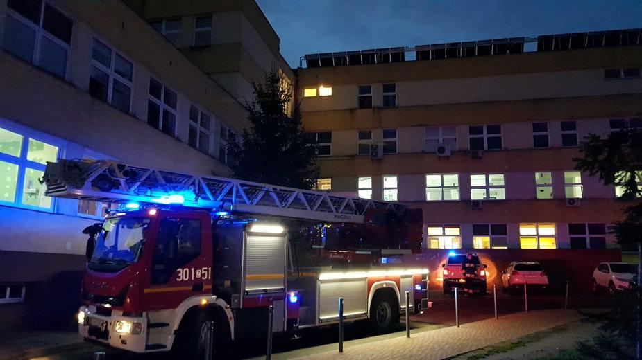 Straż pożarna przed szpitalem w Szczecinie