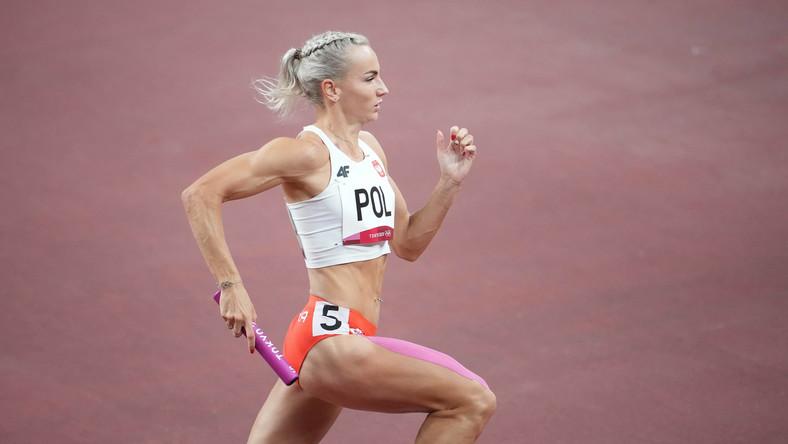Justyna Święty-Ersetic w trakcie biegu finałowego sztafety mieszanej 4x400 m na IO w Tokio