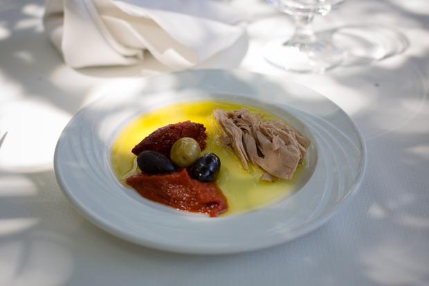Tunezyjska przystawka - tuńczyk, oliwki i harissa