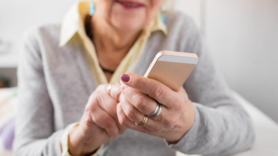 Seniorzy nauczą się obsługi smartfona - zdj. ilustracyjne