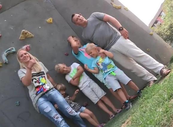 Ela Bi sa porodicom
