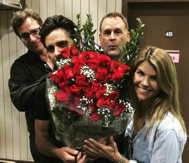"""John Stamos, Bob Saget, Dave Coulier, Lori Loughlin na planie """"Pełniejszej chaty"""""""