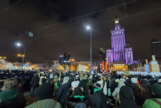 PiS wciąż trzyma się mocno. Partii nie szkodzą protesty kobiet