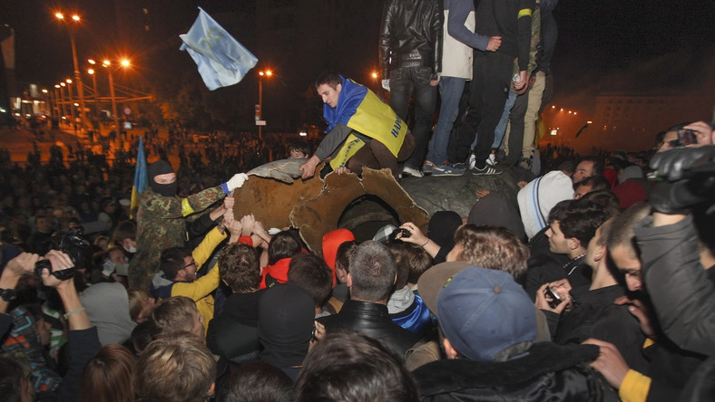 Po marszu udali się na plac, gdzie od 1963 roku stał na ponad 12-metrowym cokole 8-metrowy pomnik Lenina.