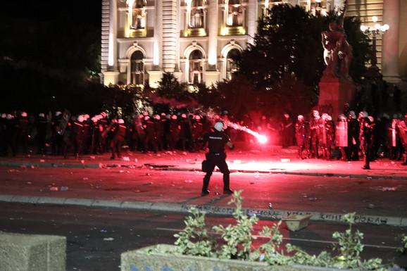 Ka policiji su letele baklje, petarde, kamenice...