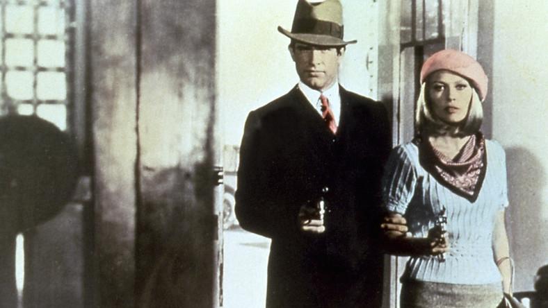 Historię dziwnego związku kelnerki i bandyty, którzy postanawiają wspólnie podróżować po Stanach i – także wspólnie – napadać na banki na ekran przeniósł Arthur Penn. W jego wersji rabusiami nie są najlepszymi, czasem potwornie się kłócą, ale w mig uwodzą widzów. Bonnie pisze wiersze z rymami częstochowskimi, Clyde lubi fotografować. I to doprowadzi ich do klęski. W głównych rolach doskonali Warren Beatty i Faye Dunaway, którzy dziurawią serce widza jak strzelby karoserię podczas ekranowych strzelanin. Głośny film z 1967 roku utrwalił mit pięknych i zakochanych buntowników...