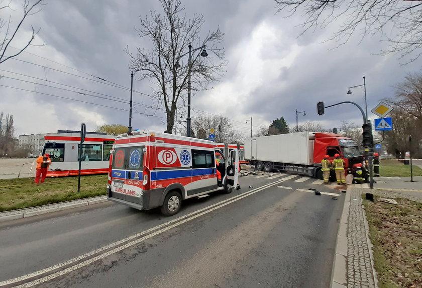Zderzenie tramwaju z volvo na Dąbrowskiego w Łodzi