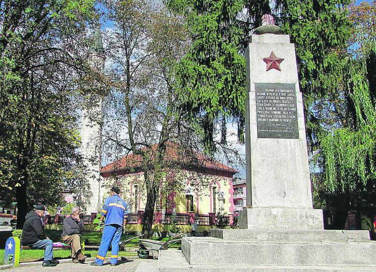 Kladusa 05 Spomenik partizanima pored dzamije foto Milan Pilipovic