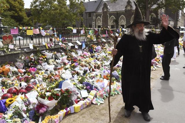 Jan pruža podršku nakon masakra u dve džamije u Krajstčerču u martu 2019.