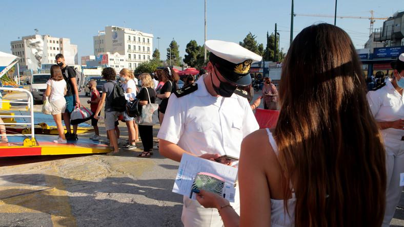 Straż przybrzeżna sprawdza dokumenty pasażerów w porcie w Pireusie