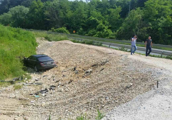 Automobil sleteo sa kamenog bedema na zemljani nasip