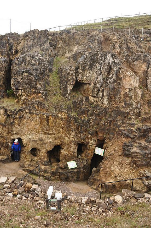 Tunele koji su preuski čak i za najpokretljivije odrasle osobe, verovatno su iskopala deca