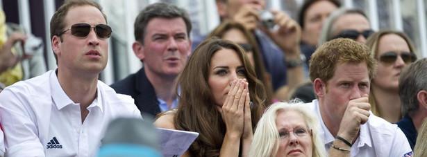 Kate Middleton, książę William oraz książę Harry dopingują księżniczkę Zarę podczas olimpiady w Londynie. Zara Phillips startowała we wszechstronnym konkursie konia wierzchowego.