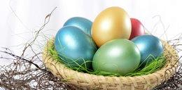 Wielkanocne pisanki. Tak zabarwisz jajka bez użycia chemii