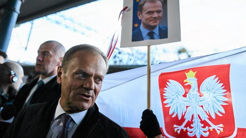 14 kwietnia Donald Tusk stawił się na przesłuchanie w warszawskiej prokuraturze - tłumy witały byłego premiera w Warszawie. Wśród zebranych byli zarówno jego zwolennicy, jak i przeciwnicy