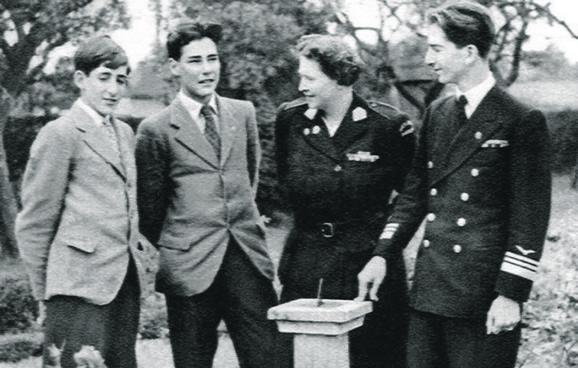 Kraljica Marija sa sinovima Andrejem, Tomislavom i Petrom