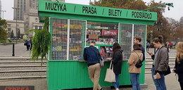 Dziwny kiosk stanął pod Pałacem Kultury. A przed nim długa kolejka