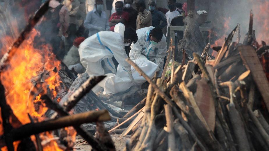 Płonące story pogrzebowe z ofiarami pandemii w Indiach