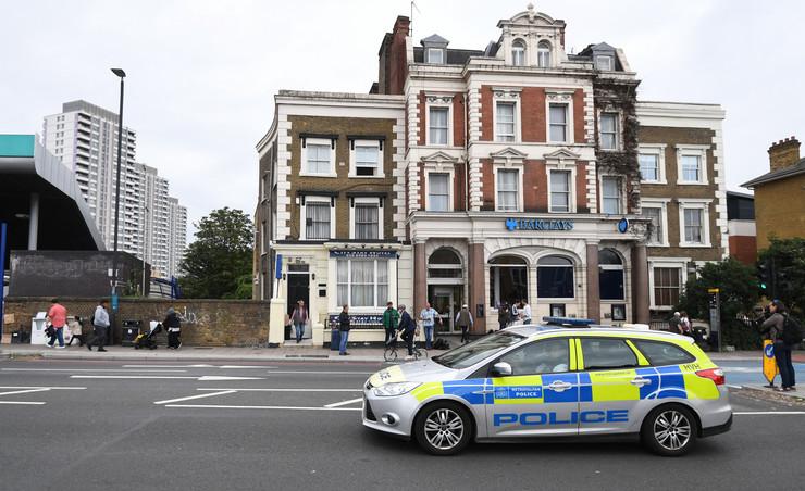 Britanska policija Velika Britanija Engleska EPA FACUNDO ARRIZABALAGA