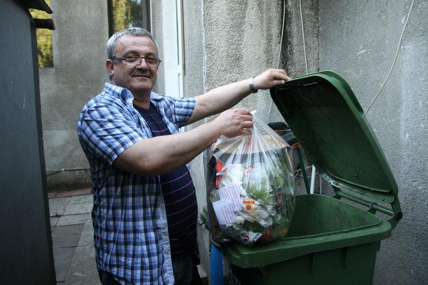 Gdańszczani wrzuca śmieci do pojemnika