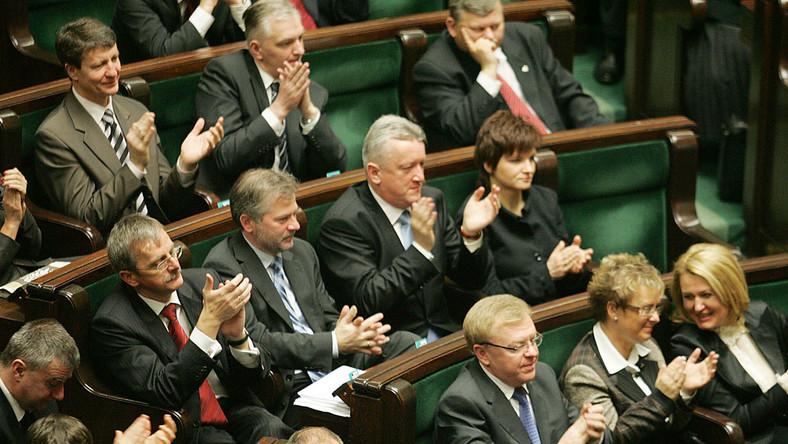 Posłowie stracili 14 milionów złotych