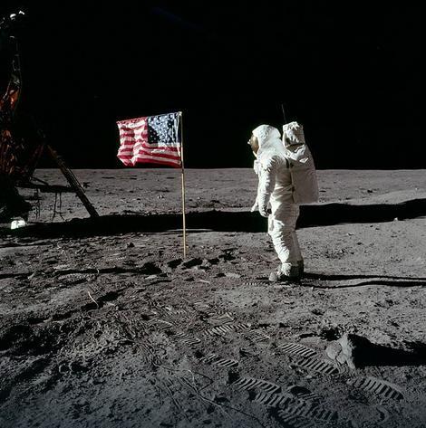 Amerikanac Baz Oldrin tokom prve šetnje Mesecom, 21. jul 1969.