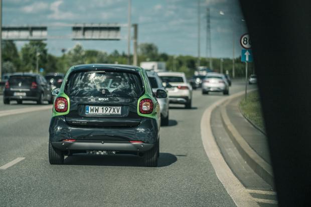 Elektryczny Smart daje sporo frajdy w trakcie jazdy. Ale i obawę o zasięg