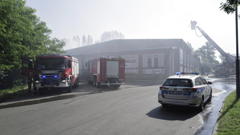 Strażacy podczas akcji gaszenia pożaru hali magazynowej i warsztatu samochodowego przy ul. Piotra Skargi w Chorzowie
