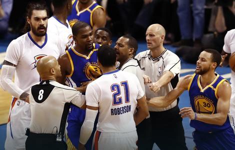 Kevin Durant u klinču sa Robersonom