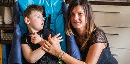 Musi dźwigać po schodach 7-letniego niepełnosprawnego syna. Pomóżmy jej!