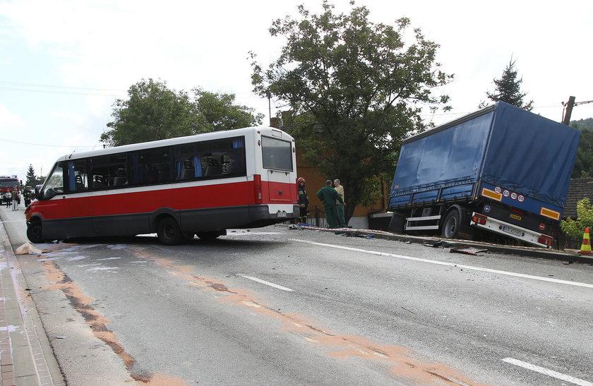Zderzenie busa z tirem