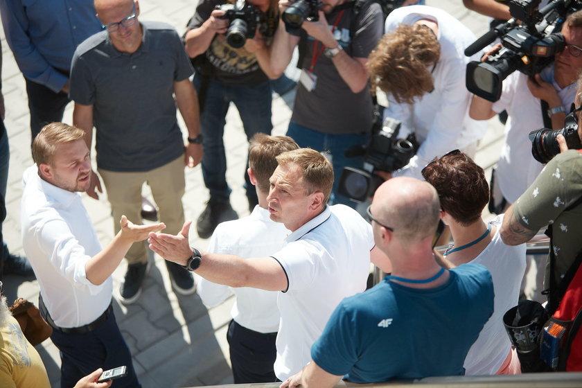 Przepychanki posłów przed wejściem na konferencje Trzaskowskiego