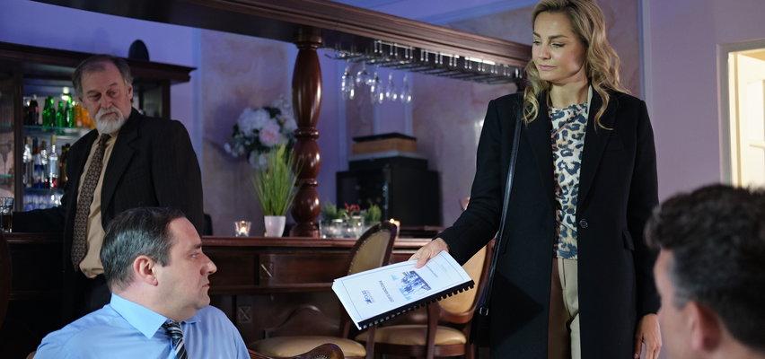 """""""Na Wspólnej"""" odcinek 3284. Zuza wedrze się na spotkanie biznesowe i złoży Sasinowi pewną ofertę..."""