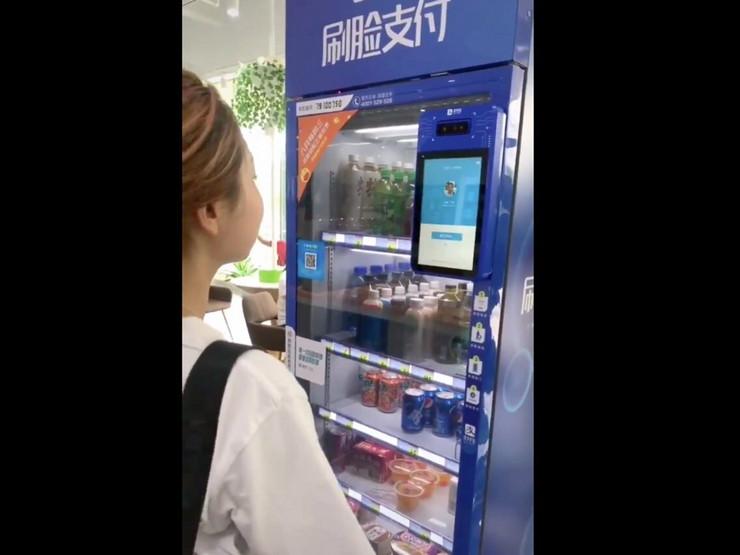 Kineskinja kupuje pomoću lica