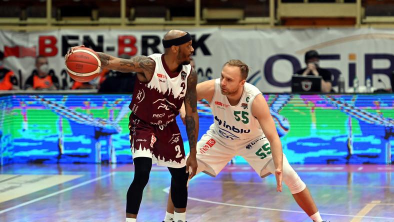 Koszykarz drużyny PGE Spójnia Stargard Jay Threatt (L) i Łukasz Koszarek (P) z zespołu Enea Zastal BC Zielona Góra podczas czwartego meczu ćwierćfinałowego fazy play off Ekstraklasy