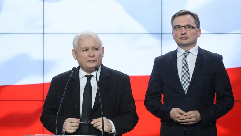 Prezes PiS Jarosław Kaczyński (L) i lider Solidarnej Polski, minister sprawiedliwości Zbigniew Ziobro (P) podczas oświadczenia dla mediów