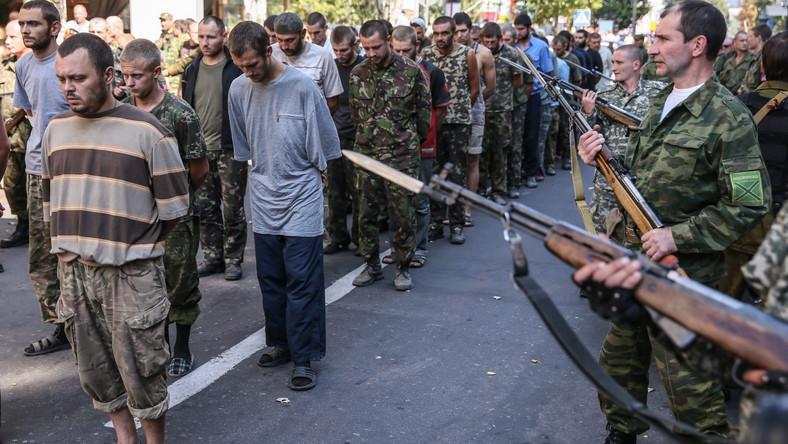 """Separatyści przeprowadzili około stu jeńców """"korytarzem hańby"""" główną ulicą Artema."""