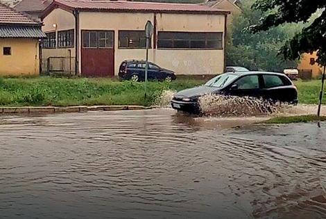 Poplavljene mnoge ulice u Loznici