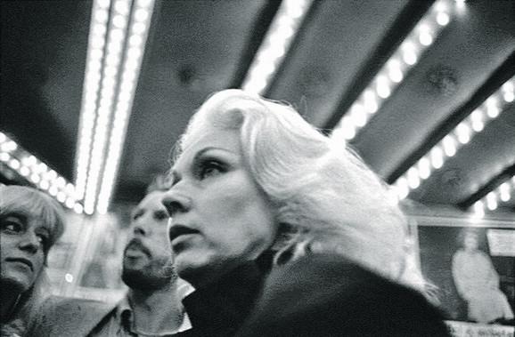Volim jednostavnost i ekonomičnost ove fotografije. Ima nešto glamurozno i iskonsko u njoj.